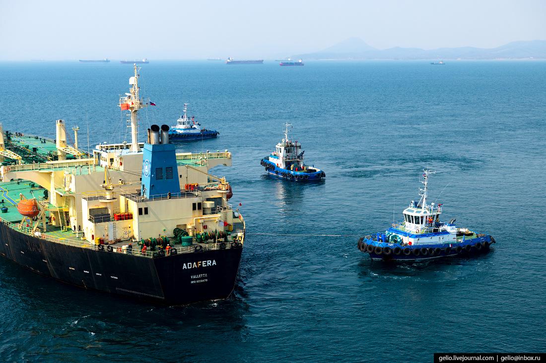 Буксировка танкера в Восточном морском порту
