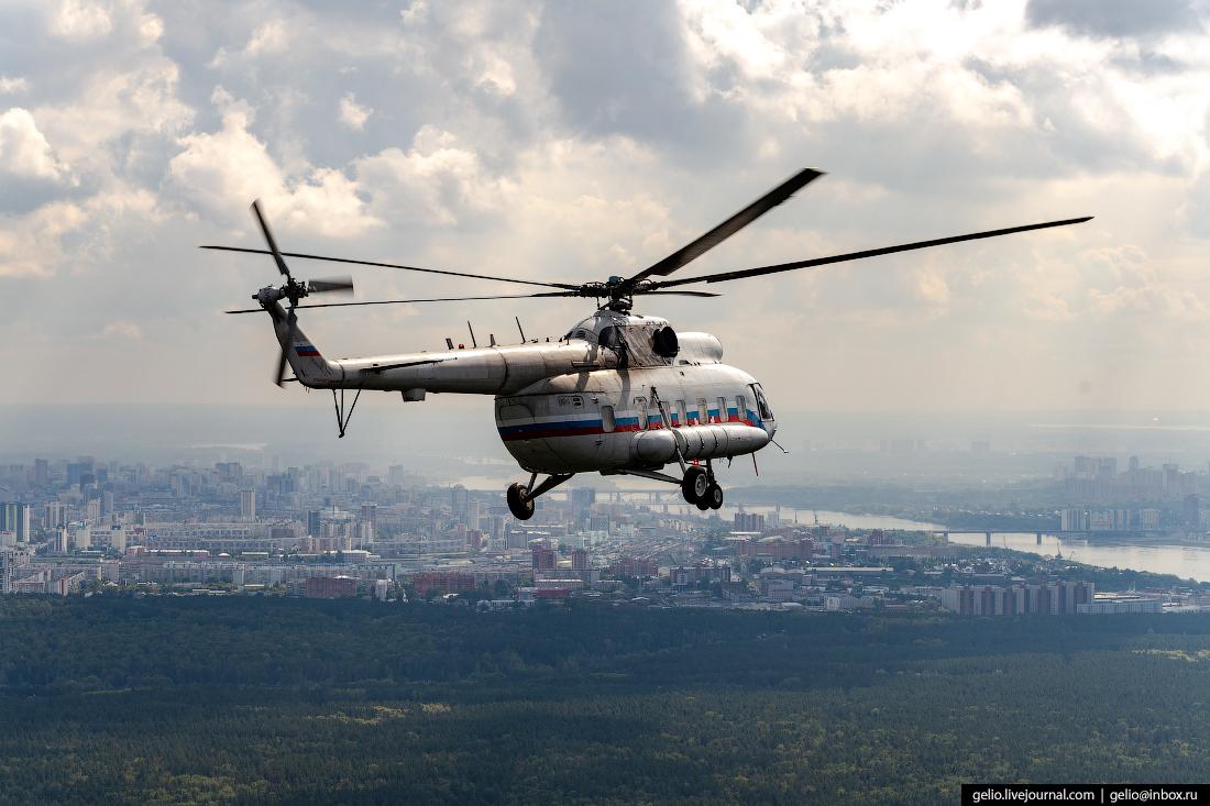Вертолёт в небе над Новосибирском