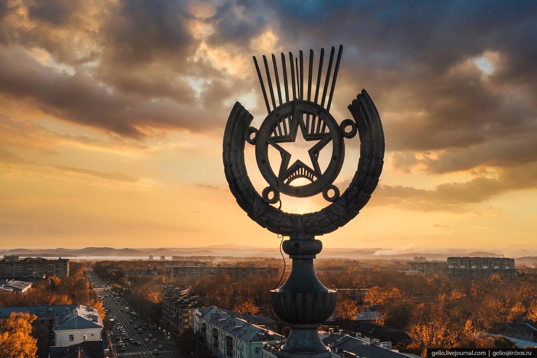 Комсомольск-на-Амуре с высоты, комса, Дом со шпилем, звезда