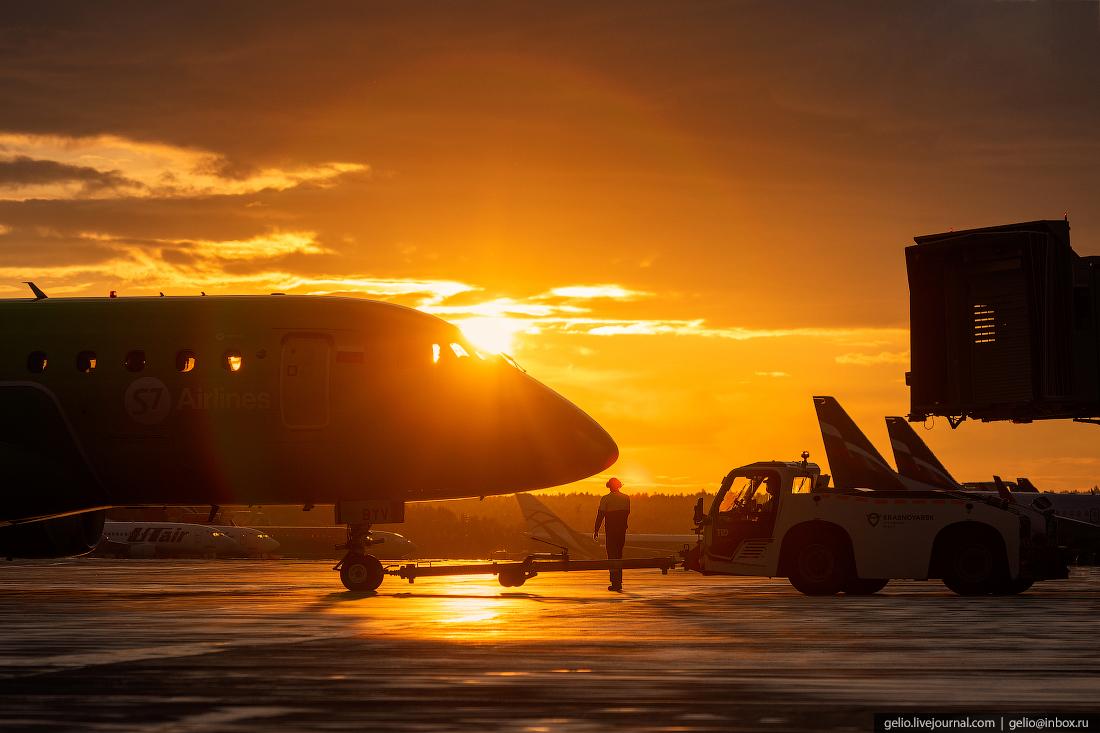Аэропорт Красноярск Емельяново Буксировка Embraer E170 авиакомпании S7 Airlines