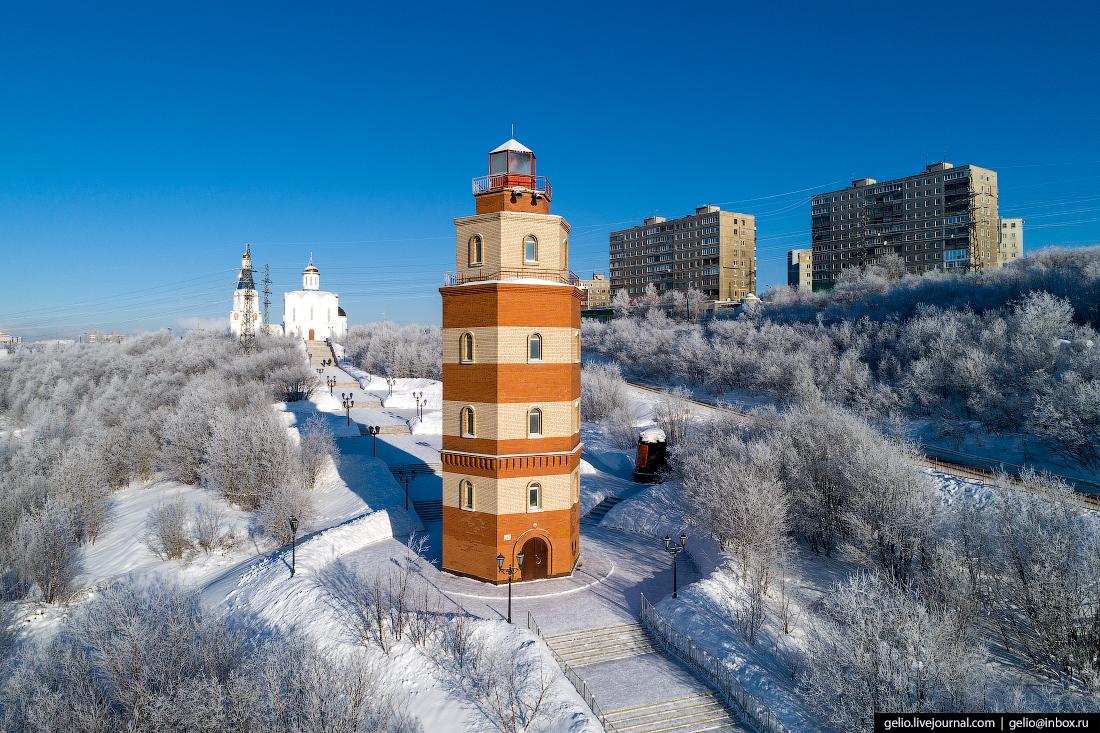 фото Мурманска с высоты, Мемориал Морякам, маяк