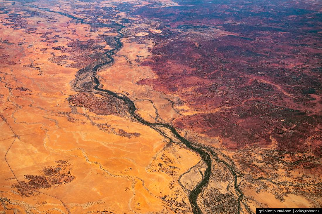 Красные земли Австралии из окна самолёта, из иллюминатора