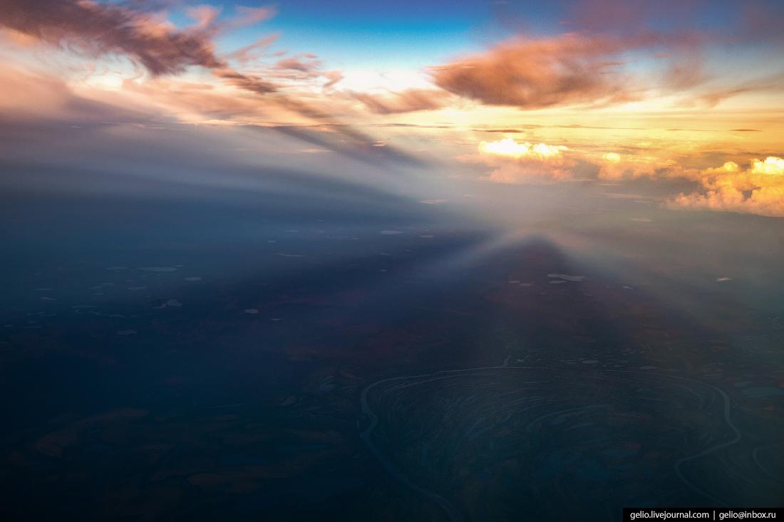 Тень от облаков из окна самолёта, из иллюминатора
