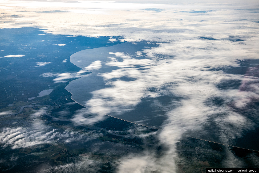 Берег Куршского залива из окна самолёта, из иллюминатора