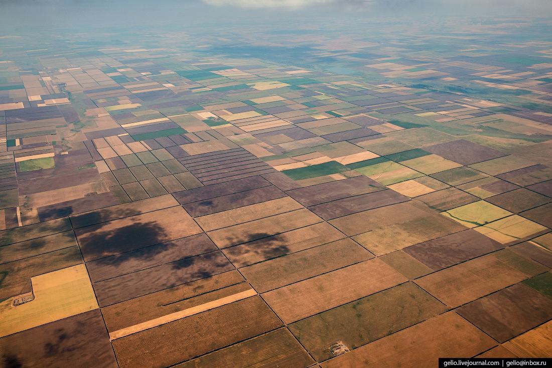 Фотографии из окна самолёта Ровные прямоугольники возделанных полей