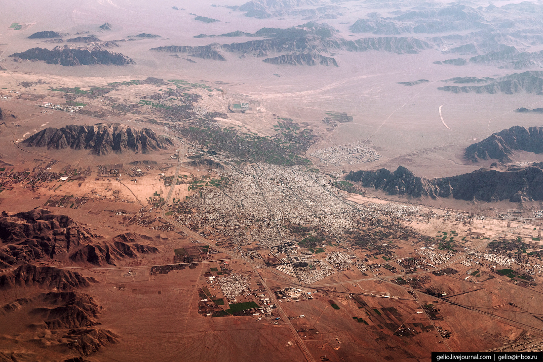 Фотографии из окна самолёта Город посреди пустыни в Омане