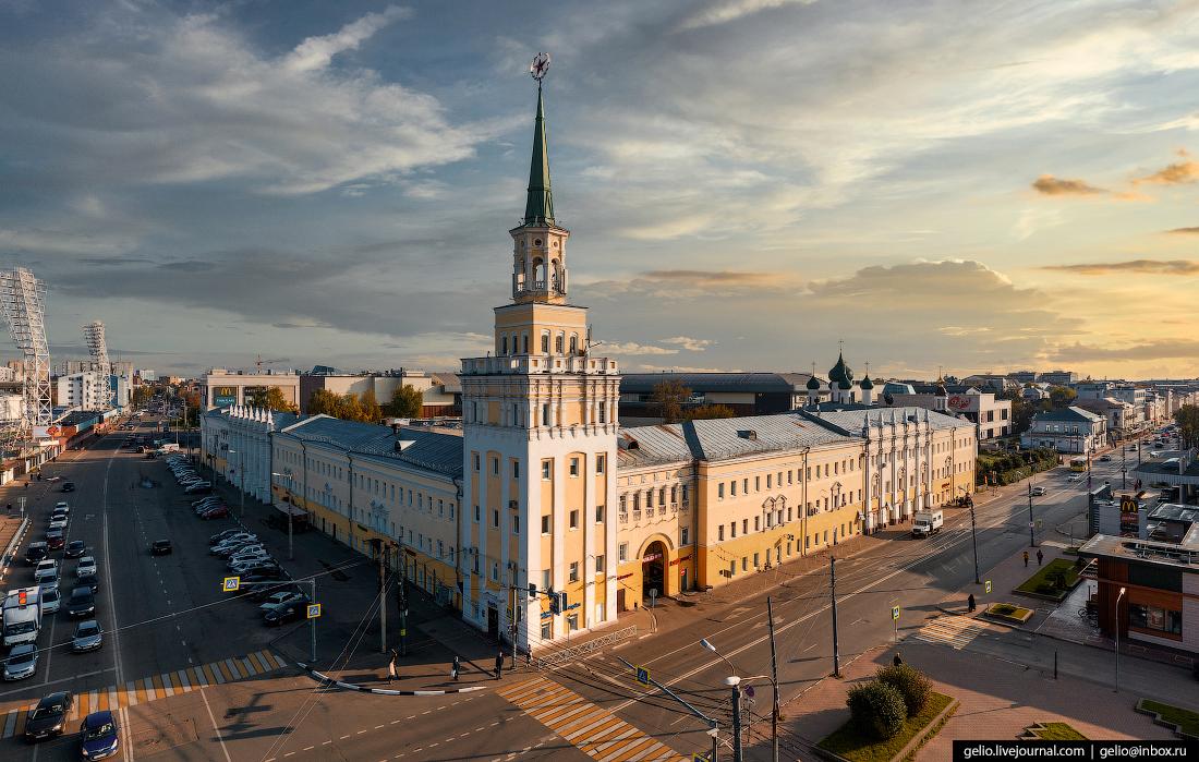 Ярославль с высоты Здание бывших Вознесенских казарм сталинка